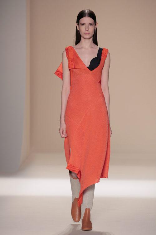 Vestido naranja de punto de la colección primavera/verano 2017 de Victoria Beckham en Nueva York Fashion Week