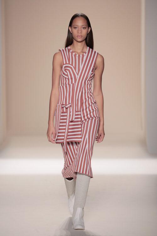 Vestido de rayas de la colección primavera/verano 2017 de Victoria Beckham en Nueva York Fashion Week