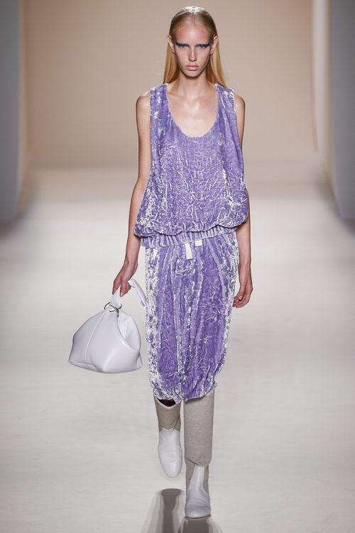 Vestido lila de terciopelo de la colección primavera/verano 2017 de Victoria Beckham en Nueva York Fashion Week
