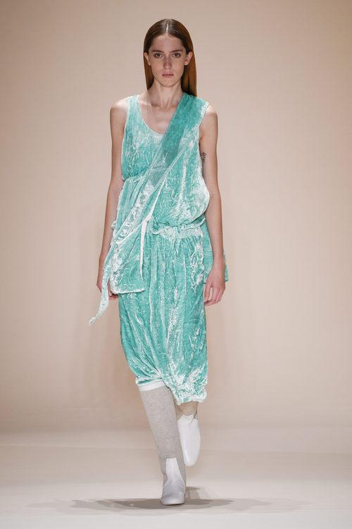 Vestido verde aguamarina de terciopelo de la colección primavera/verano 2017 de Victoria Beckham en Nueva York Fashion Week