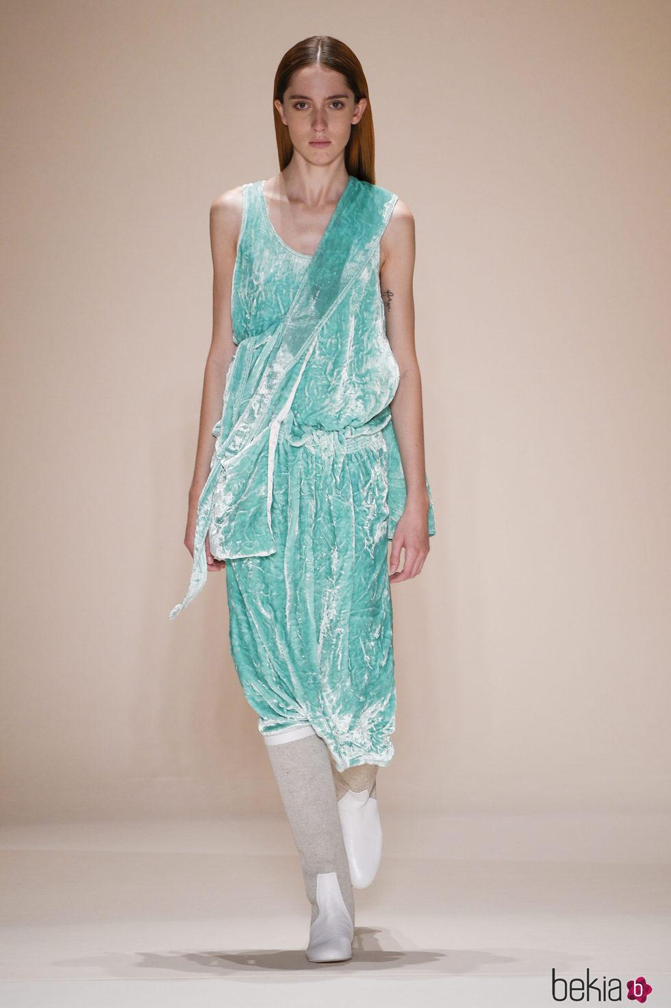 bffb8c792a Anterior Vestido verde aguamarina de terciopelo de la colección  primavera verano 2017 de Victoria Beckham en