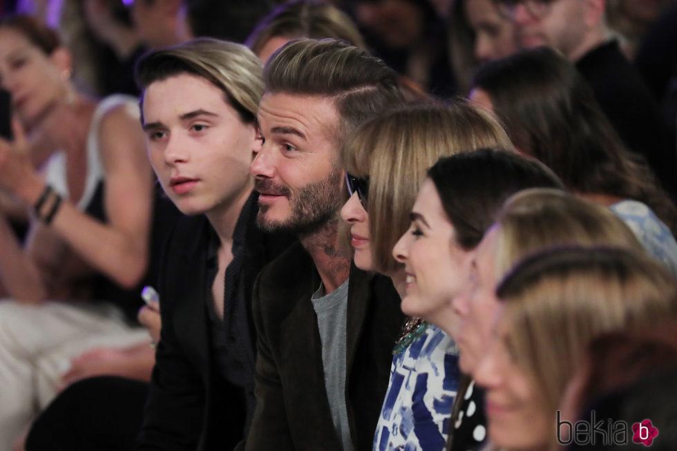 David Beckham, Brooklyn Beckham y Anna Wintour en el desfile de Victoria Beckham en la Nueva York Fashion Week