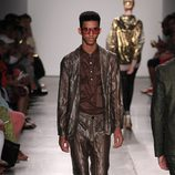 Traje marrón brillante de Custo Barcelona de la colección primavera/verano 2017 en Nueva York Fashion Week