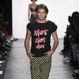 Pantalones a cuadros de Jeremy Scott primavera/verano 2017 en la Semana de la Moda de Nueva York