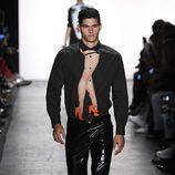 Pantalones de charol de Jeremy Scott primavera/verano 2017 en la Semana de la Moda de Nueva York