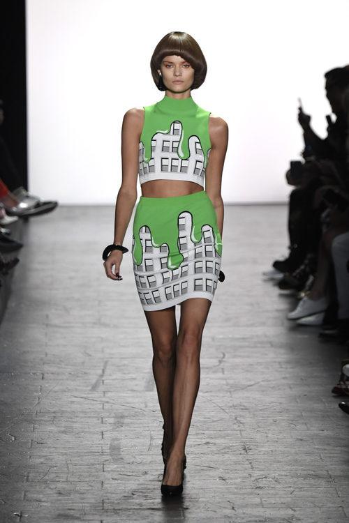 Falda y camiseta de Jeremy Scott primavera/verano 2017 en la Semana de la Moda de Nueva York