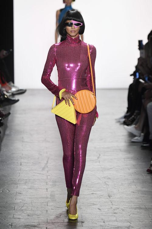 Mono rosa metalizado de Jeremy Scott primavera/verano 2017 en la Semana de la Moda de Nueva York