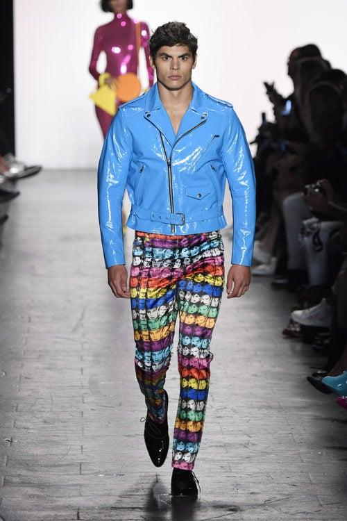 Chaqueta de charol de Jeremy Scott primavera/verano 2017 en la Semana de la Moda de Nueva York