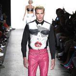 Pantalones rosa fucsia de Jeremy Scott primavera/verano 2017 en la Semana de la Moda de Nueva York