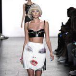 Falda de tablas de Jeremy Scott primavera/verano 2017 en la Semana de la Moda de Nueva York