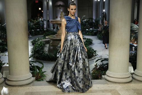 Vestido metalizado de Carolina Herrera primavera/verano 2017 en la Semana de la Moda de Nueva York