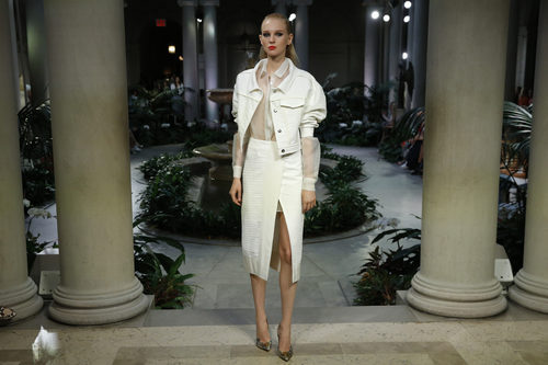 Falda blanca de Carolina Herrera primavera/verano 2017 en la Semana de la Moda de Nueva York