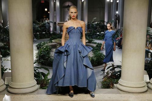 Vestido denim de Carolina Herrera primavera/verano 2017 en la Semana de la Moda de Nueva York