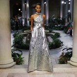 Vestido plateado de Carolina Herrera primavera/verano 2017 en la Semana de la Moda de Nueva York