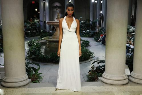 Vestido blanco de Carolina Herrera primavera/verano 2017 en la Semana de la Moda de Nueva York