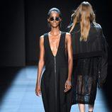 Vestido negro de Vera Wang primavera/verano 2017 en la Semana de la Moda de Nueva York