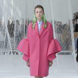 Abrigo rosa fucsia de Delpozo primavera/verano 2017 en la Semana de la Moda de Nueva York