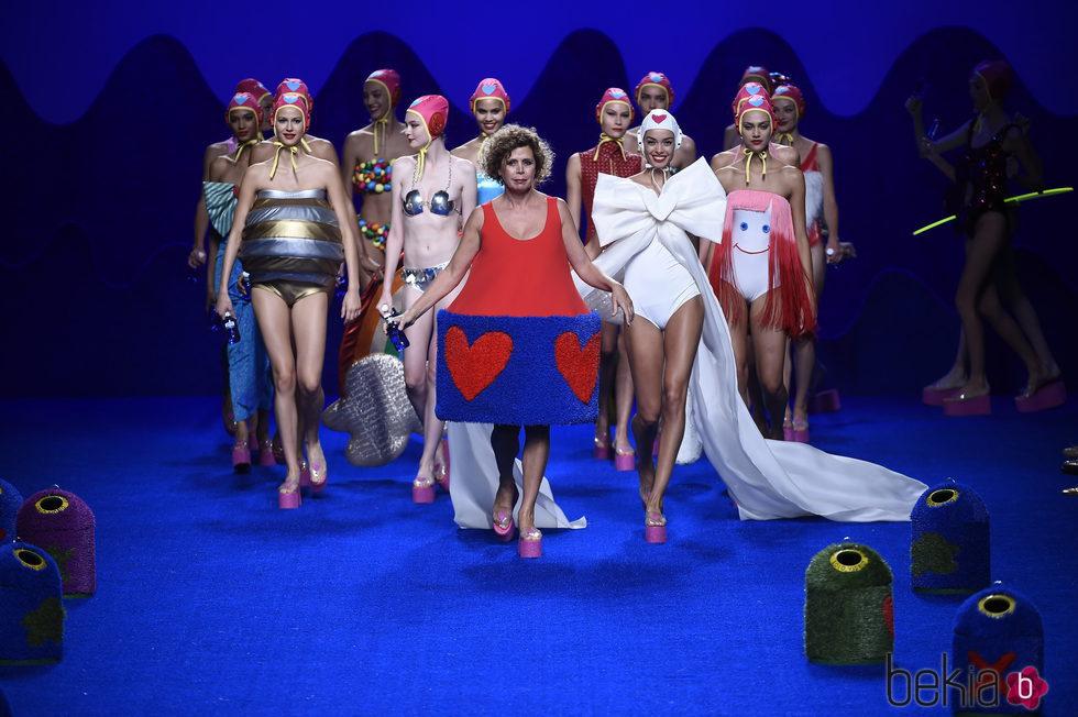 Agatha Ruiz de la Prada en el carrusel final de su colección primavera/verano 2016 en Madrid Fashion Week