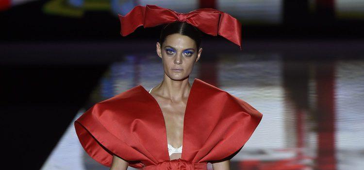 Lazo rojo de Andrés Sardá primavera/verano 2017 en la Semana de la Moda de Madrid