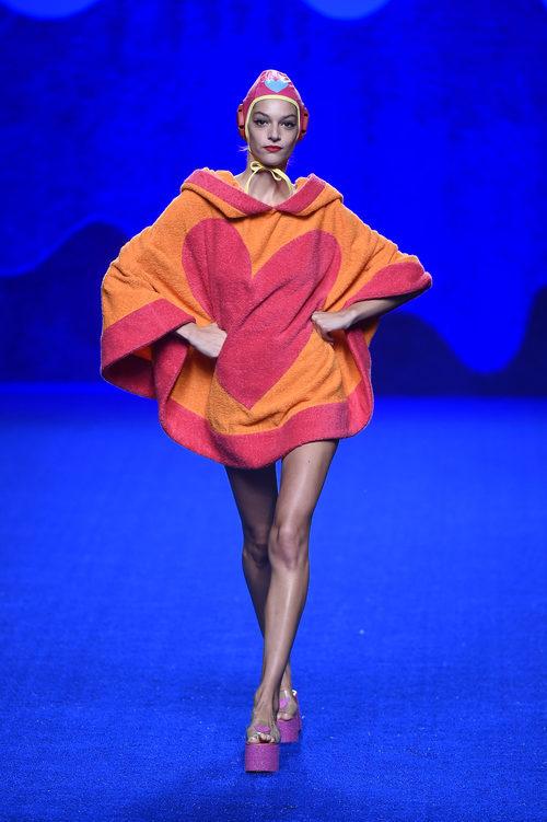 Poncho albornoz de la colección primavera/verano 2017 de Agatha Ruiz de la Prada en Madrid Fashion Week
