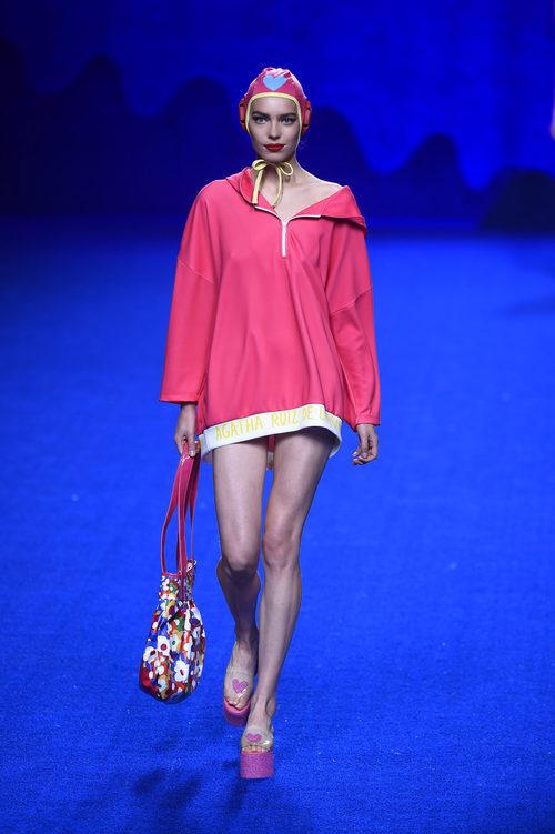 Chubasquero fucsia de la colección primavera/verano 2017 de Agatha Ruiz de la Prada en Madrid Fashion Week