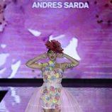 Rossy de Palma abriendo el desfile de Andrés Sardá primavera/verano 2017 en la Semana de la Moda de Madrid