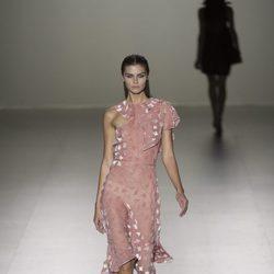 Vestido rosa transparente de Roberto Torreta primavera/verano 2017 en Madrid Fashion Week