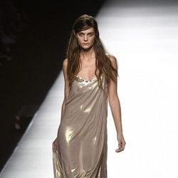 Vestido dorado de Ángel Schlesser primavera/verano 2017 en Madrid Fashion Week