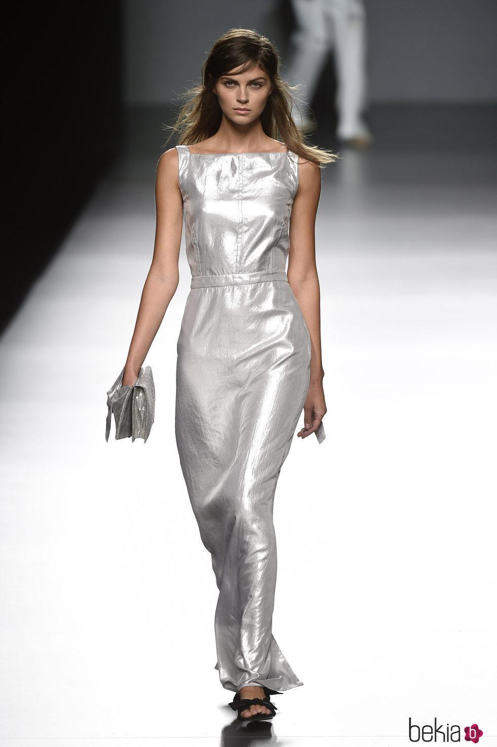 Vestido plateado de Ángel Schlesser primavera/verano 2017 en Madrid Fashion Week