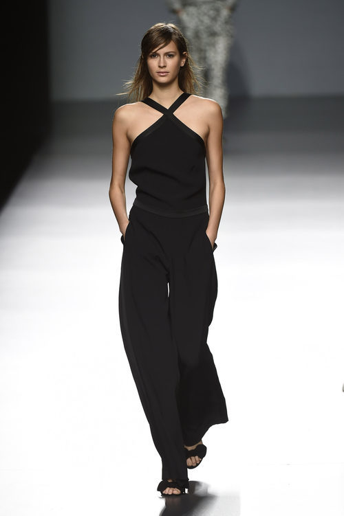 Mono negro de Ángel Schlesser primavera/verano 2017 en Madrid Fashion Week
