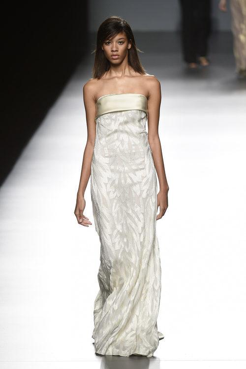 Vestido marfil de Ángel Schlesser primavera/verano 2017 en Madrid Fashion Week