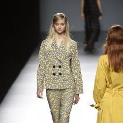 Traje geométrico de Ángel Schlesser primavera/verano 2017 en Madrid Fashion Week