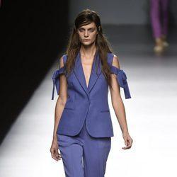 Traje azul de Ángel Schlesser primavera/verano 2017 en Madrid Fashion Week