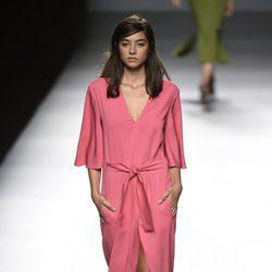 Vestido rosa de Ángel Schlesser primavera/verano 2017 en Madrid Fashion Week