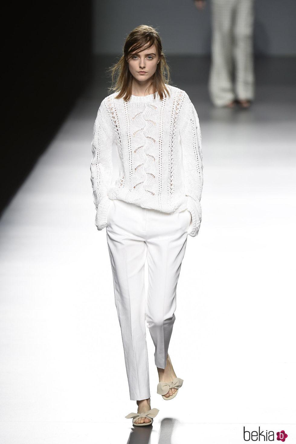 Total white de Ángel Schlesser primavera/verano 2017 en Madrid Fashion Week