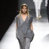 Vestido de rayas de Ángel Schlesser primavera/verano 2017 en Madrid Fashion Week