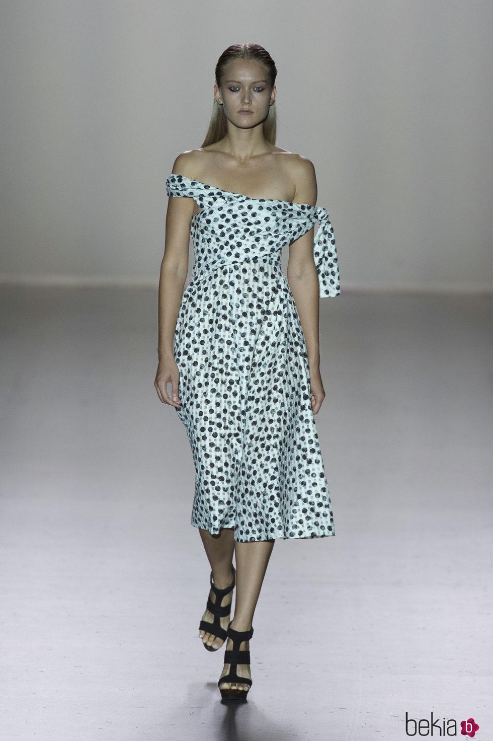 Vestido blanco de lunares de la colección primavera/verano 2017 de Roberto Torretta en Madrid Fashion Week