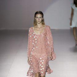 Vestido rosa con vuelo de Roberto Torreta primavera/verano 2017 en Madrid Fashion Week