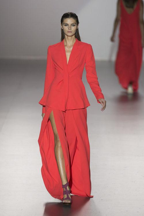 Conjunto de falda y chaqueta rojo de Roberto Torreta Vestido primavera/verano 2017 en Madrid Fashion Week