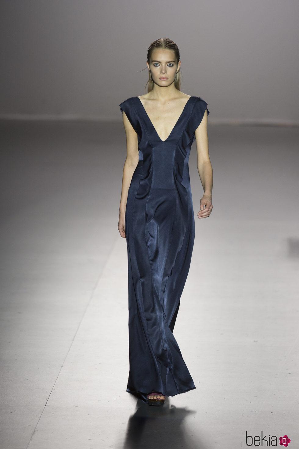 Vestido azul marino con escote en V de Roberto Torreta primavera/verano 2017 en Madrid Fashion Week