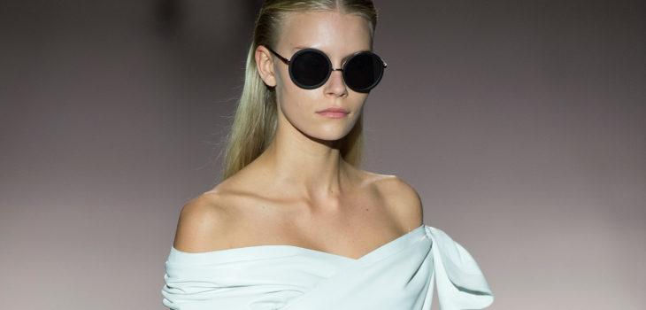 Vestido blanco palabra de honor de Roberto Torretta primavera/verano 2017 en Madrd Fashion Week