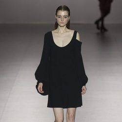 Vestido negro asimétrico de Roberto Torreta primavera/verano 2017 en Madrd Fashion Week