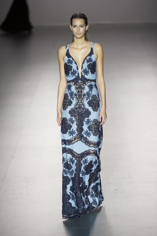 Vestido azul largo de flores de Roberto Torretta primavera/verano 2017 en Madrd Fashion Week
