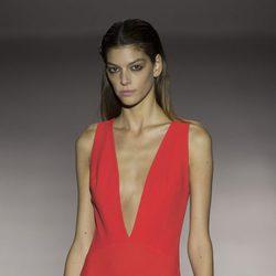 Vestido rojo largo con escote en V de Roberto Torretta primavera/verano 2017 en Madrd Fashion Week