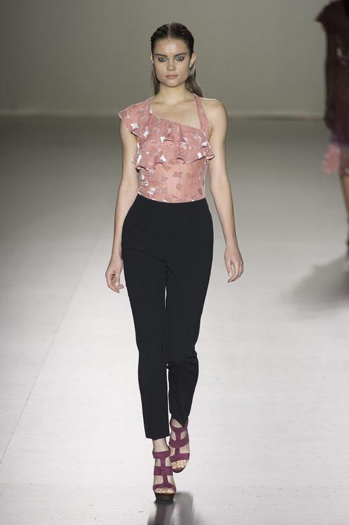 Top rosa y pantalón negro de Roberto Torretta primavera/verano 2017 en Madrid Fashion Week.