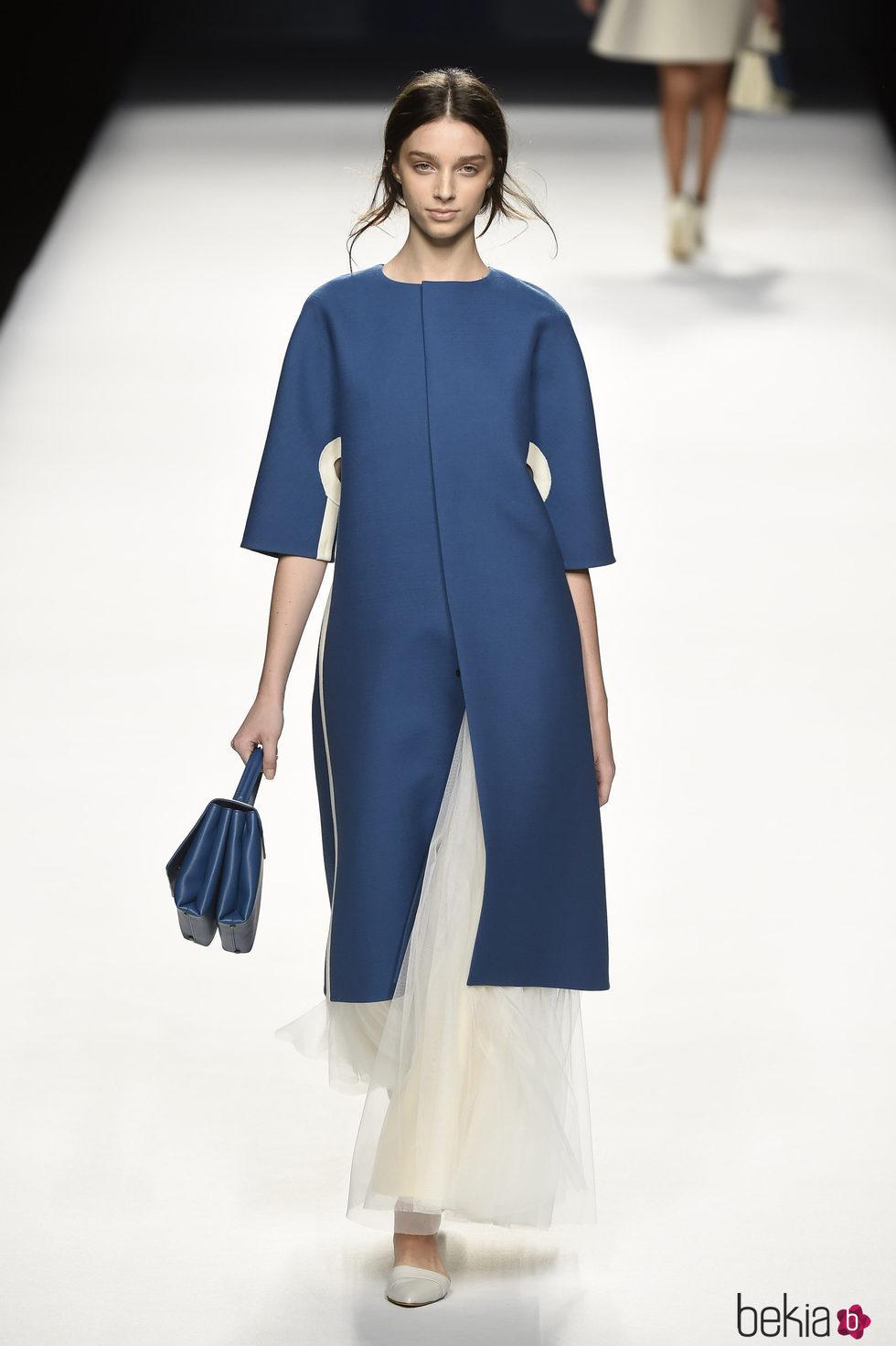 Abrigo vestido azul de Devota & Lomba primavera/verano 2017 en Madrid Fashion Week