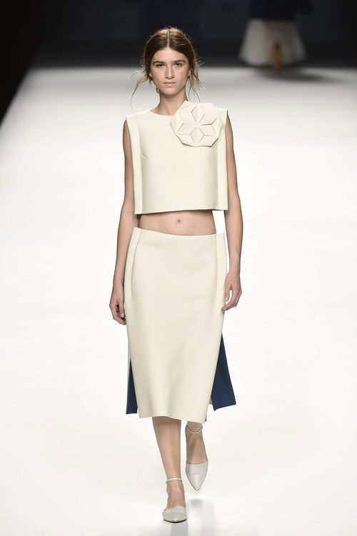 Conjunto de falda y cuerpo blanco de Devota & Lomba primavera/verano 2017 en Madrid Fashion Week