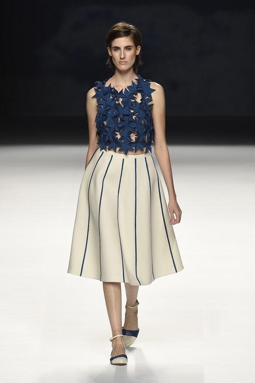 Cuerpo de pajaritas azul y falda blanca de Devota & Lomba primavera/verano 2017 en Madrid Fashion Week