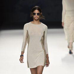 Vestido blanco y beige de punto de Devota & Lomba primavera/verano 2017 en Madrid Fashion Week