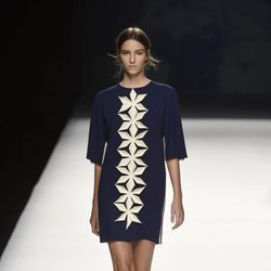 Vestido azul con flores blancas de Devota & Lomba primavera/verano 2017 en Madrid Fashion Week